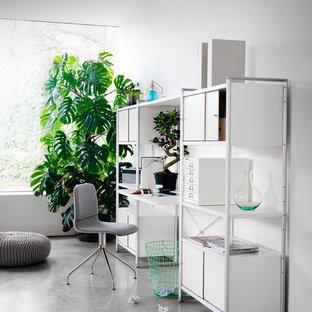 ロンドンの北欧スタイルのおしゃれなホームオフィス・書斎 (白い壁、コンクリートの床、自立型机) の写真