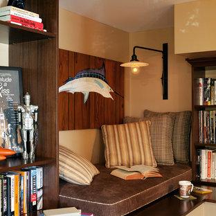 Stilmix Arbeitszimmer mit beiger Wandfarbe und dunklem Holzboden in Los Angeles
