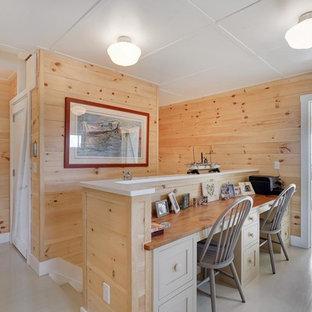 ニューヨークのビーチスタイルのおしゃれなホームオフィス・書斎 (塗装フローリング、造り付け机) の写真