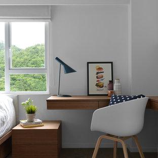 На фото: маленький кабинет в скандинавском стиле с белыми стенами, паркетным полом среднего тона, встроенным рабочим столом и коричневым полом с