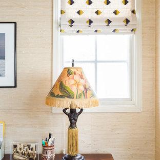 ロサンゼルスの中くらいのエクレクティックスタイルのおしゃれなホームオフィス・書斎 (緑の壁、淡色無垢フローリング、暖炉なし、青い床、自立型机) の写真