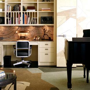 ニューヨークのエクレクティックスタイルのおしゃれなホームオフィス・書斎 (造り付け机、マルチカラーの壁、濃色無垢フローリング、暖炉なし、黒い床) の写真