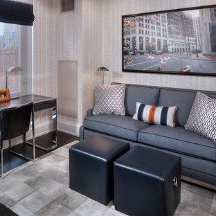 ニューヨークの中サイズのトランジショナルスタイルのおしゃれな書斎 (グレーの壁、ラミネートの床、暖炉なし、自立型机) の写真