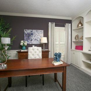 Aménagement d'un bureau classique avec un mur violet, moquette, un bureau indépendant et un sol gris.