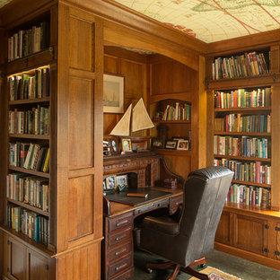 Modelo de despacho clásico, de tamaño medio, con paredes marrones, suelo de cemento y escritorio empotrado