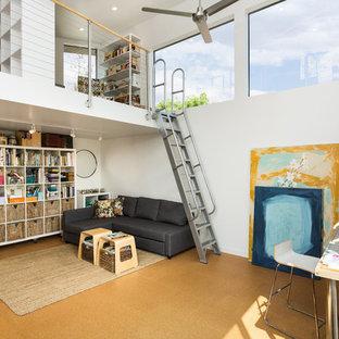Modelo de estudio contemporáneo, pequeño, sin chimenea, con paredes blancas, suelo de corcho, escritorio independiente y suelo marrón