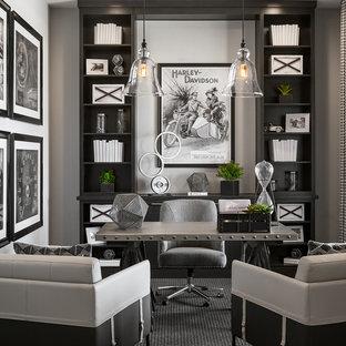 フェニックスのトランジショナルスタイルのおしゃれな書斎 (グレーの壁、カーペット敷き、自立型机、グレーの床) の写真