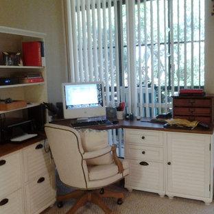 Idées déco pour un petit bureau atelier craftsman avec un bureau indépendant.