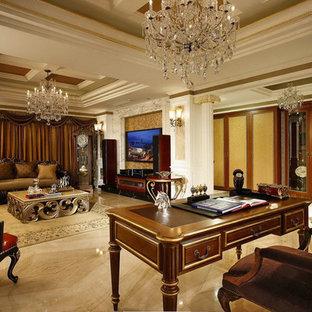 ニューヨークの巨大なヴィクトリアン調のおしゃれな書斎 (白い壁、大理石の床、自立型机、ベージュの床) の写真