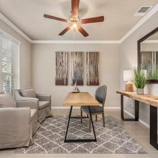 Immagine di uno studio american style di medie dimensioni con pareti grigie, pavimento con piastrelle in ceramica, nessun camino, scrivania autoportante e pavimento beige