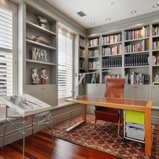 Großes Stilmix Lesezimmer ohne Kamin mit grauer Wandfarbe, braunem Holzboden und freistehendem Schreibtisch in San Francisco