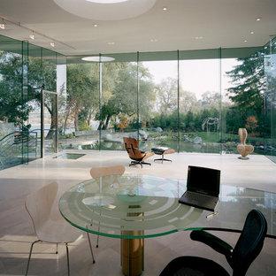 サンフランシスコの大きいモダンスタイルのおしゃれな書斎 (白い壁、ライムストーンの床、暖炉なし、造り付け机、ベージュの床) の写真