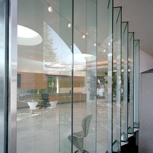 Großes Modernes Arbeitszimmer ohne Kamin mit weißer Wandfarbe, Kalkstein, Einbau-Schreibtisch und Arbeitsplatz in San Francisco