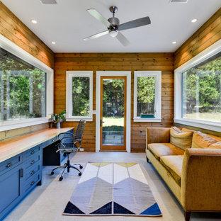 Foto de despacho madera, clásico renovado, madera, sin chimenea, con paredes marrones, escritorio empotrado, suelo gris y madera