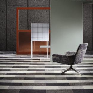 Immagine di un ampio studio moderno con pareti grigie, pavimento in linoleum, nessun camino e scrivania autoportante