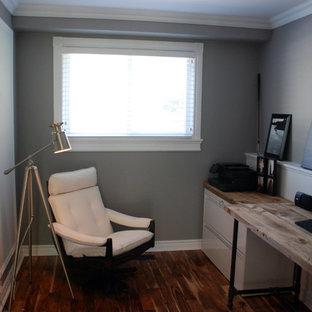 Esempio di un piccolo studio minimalista con pareti viola, pavimento in legno massello medio, nessun camino e scrivania autoportante