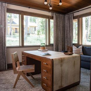 На фото: кабинет в стиле рустика с белыми стенами, темным паркетным полом, отдельно стоящим рабочим столом, коричневым полом и деревянным потолком