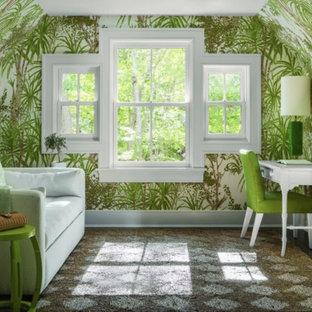 ナッシュビルの中くらいのトロピカルスタイルのおしゃれなホームオフィス・書斎 (緑の壁、カーペット敷き、暖炉なし、自立型机、茶色い床) の写真