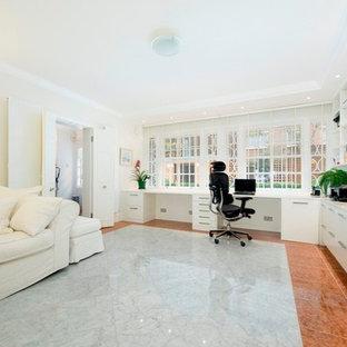 ロンドンの大きいコンテンポラリースタイルのおしゃれな書斎 (白い壁、大理石の床、造り付け机) の写真