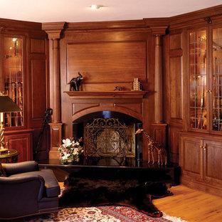 Idéer för att renovera ett vintage arbetsrum, med mellanmörkt trägolv och en öppen hörnspis