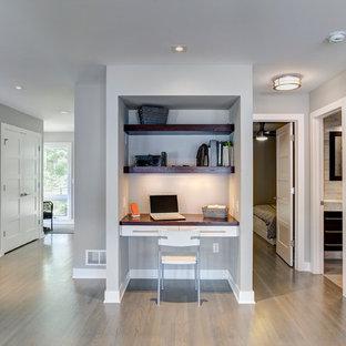 ミネアポリスの小さいトランジショナルスタイルのおしゃれな書斎 (グレーの壁、無垢フローリング、造り付け机) の写真