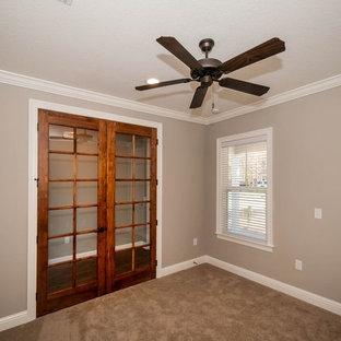 Idée de décoration pour un bureau craftsman avec un mur gris, moquette et un sol beige.