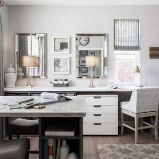 Cette image montre un bureau traditionnel de taille moyenne et de type studio avec un mur gris, sol en stratifié et un bureau intégré.