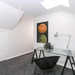 Idée de décoration pour un petit bureau design de type studio avec un mur blanc, moquette, un bureau indépendant, aucune cheminée et un sol gris.