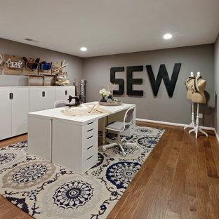 Идея дизайна: большой кабинет в стиле современная классика с местом для рукоделия, серыми стенами, полом из винила, отдельно стоящим рабочим столом и коричневым полом без камина