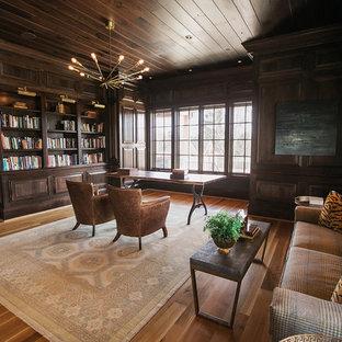 Bild på ett mellanstort vintage arbetsrum, med bruna väggar, mellanmörkt trägolv och brunt golv