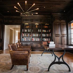 Esempio di uno studio tradizionale di medie dimensioni con pareti marroni, pavimento in legno massello medio, nessun camino e pavimento marrone