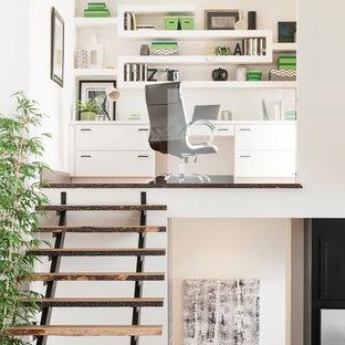 Idee per un ufficio minimalista di medie dimensioni con pareti bianche, scrivania incassata, parquet scuro, nessun camino e pavimento marrone