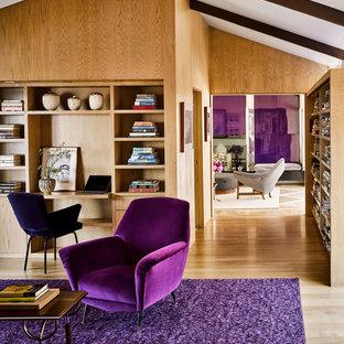他の地域のコンテンポラリースタイルのおしゃれなホームオフィス・仕事部屋 (茶色い壁、無垢フローリング、造り付け机、茶色い床) の写真