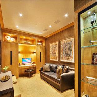 ニューヨークの中サイズのコンテンポラリースタイルのおしゃれなアトリエ・スタジオ (茶色い壁、カーペット敷き、暖炉なし、造り付け机、ベージュの床) の写真