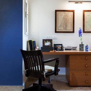小さい地中海スタイルのおしゃれな書斎 (白い壁、磁器タイルの床、造り付け机) の写真