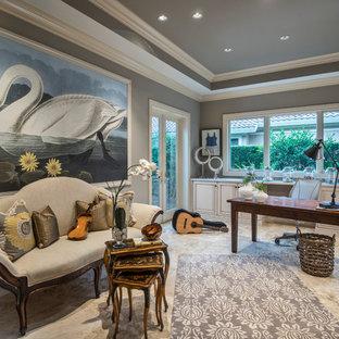 マイアミの中サイズの地中海スタイルのおしゃれなホームオフィス・仕事部屋 (グレーの壁、ベージュの床、磁器タイルの床、暖炉なし、自立型机) の写真