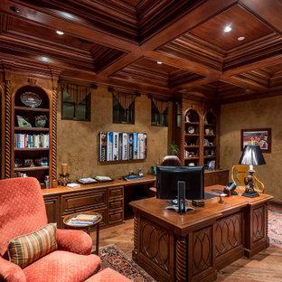Стильный дизайн: рабочее место в средиземноморском стиле с коричневыми стенами, паркетным полом среднего тона, отдельно стоящим рабочим столом, коричневым полом, кессонным потолком, деревянным потолком и обоями на стенах - последний тренд