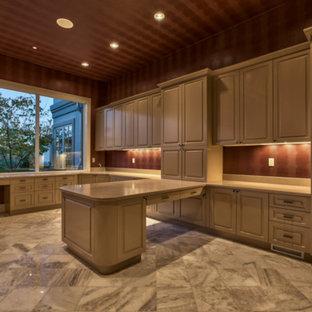 オマハの巨大な地中海スタイルのおしゃれなホームオフィス・書斎 (大理石の床、造り付け机、茶色い壁) の写真