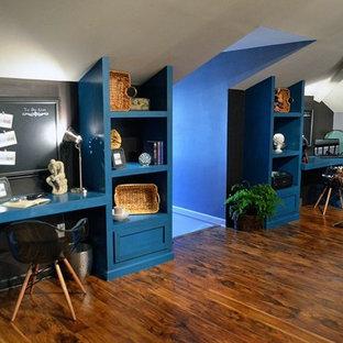 アトランタの大きいエクレクティックスタイルのおしゃれな書斎 (青い壁、造り付け机) の写真