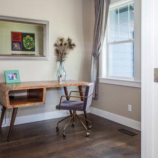ポートランドの小さいミッドセンチュリースタイルのおしゃれなアトリエ・スタジオ (グレーの壁、濃色無垢フローリング、暖炉なし、自立型机、茶色い床) の写真