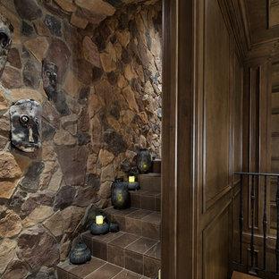 Inspiration för mycket stora medelhavsstil hemmastudior, med bruna väggar