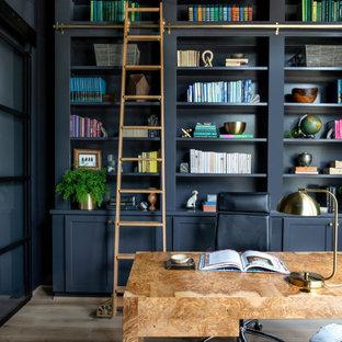 ヒューストンの巨大なトランジショナルスタイルのおしゃれな書斎 (青い壁、淡色無垢フローリング、自立型机、茶色い床) の写真