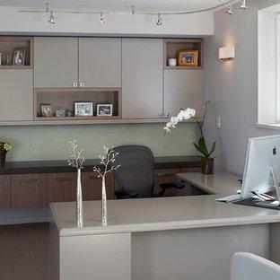 Foto de despacho minimalista con paredes grises, moqueta y escritorio independiente