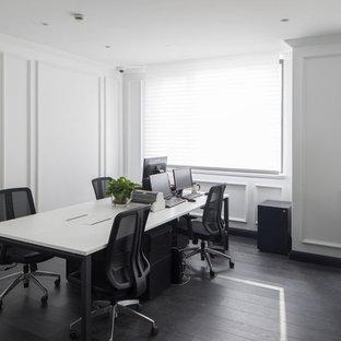 他の地域の大きいトラディショナルスタイルのおしゃれな書斎 (白い壁、濃色無垢フローリング、標準型暖炉、自立型机、黒い床) の写真