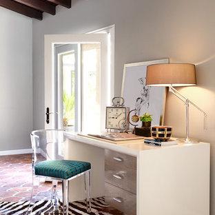 Ispirazione per un grande ufficio boho chic con pareti grigie, pavimento con piastrelle in ceramica, scrivania autoportante e pavimento rosso