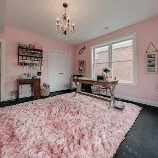Exemple d'un bureau atelier montagne avec un mur rose, un bureau indépendant et un sol noir.