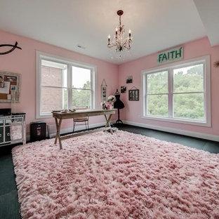 Idéer för rustika hobbyrum, med rosa väggar, ett fristående skrivbord och svart golv