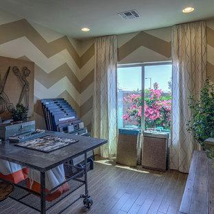 Idee per una stanza da lavoro stile americano di medie dimensioni con pareti multicolore, pavimento in legno massello medio, nessun camino e scrivania autoportante