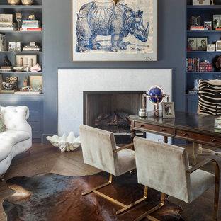 ダラスのコンテンポラリースタイルのおしゃれな書斎 (青い壁、濃色無垢フローリング、標準型暖炉、石材の暖炉まわり、自立型机) の写真