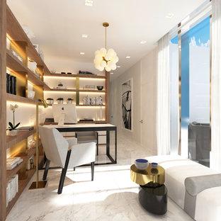 マイアミの小さいモダンスタイルのおしゃれな書斎 (ベージュの壁、大理石の床、暖炉なし、自立型机、白い床) の写真
